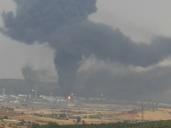 Tremenda columna de humo en Repsol Puertollano al explosionar un tanque de gasóil por la caída de un rayo